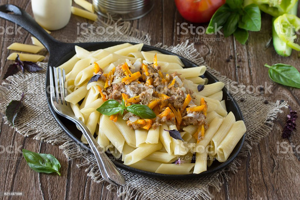 Pasta with minced meat in a frying pan photo libre de droits
