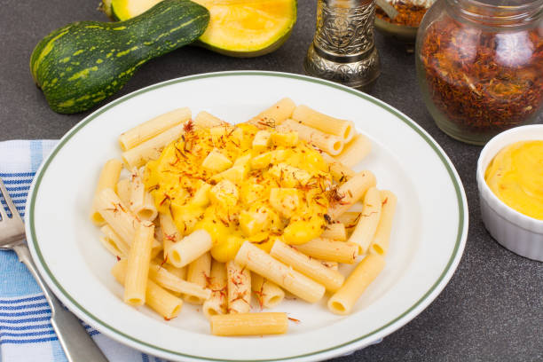 pasta mit kürbis-sauce und safran - safransauce stock-fotos und bilder
