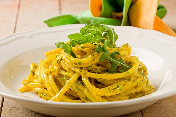 pasta mit safran und rucola-pesto - safransauce stock-fotos und bilder