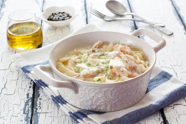 pasta mit lachs und spinat-sauce - spaghetti mit spinat stock-fotos und bilder