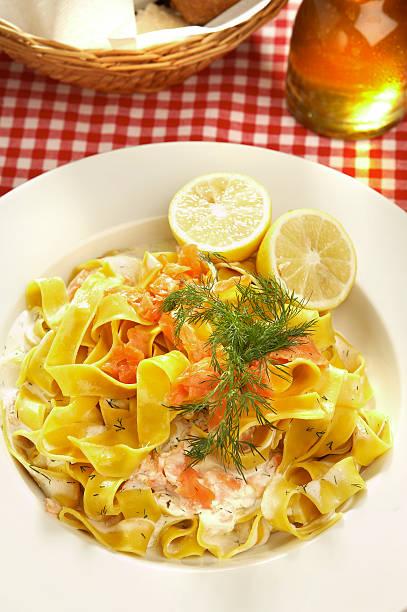 pasta mit lachs - spaghetti mit lachs stock-fotos und bilder