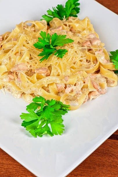 nudeln mit garnelen - spaghetti mit lachs stock-fotos und bilder