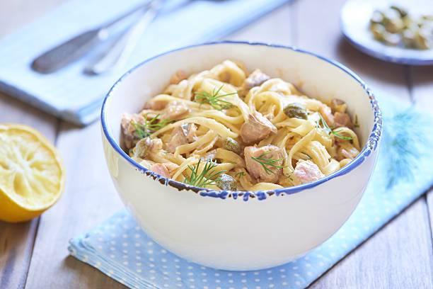 pasta mit geräuchertem lachs und kapern in creme-sauce - spaghetti mit lachs stock-fotos und bilder