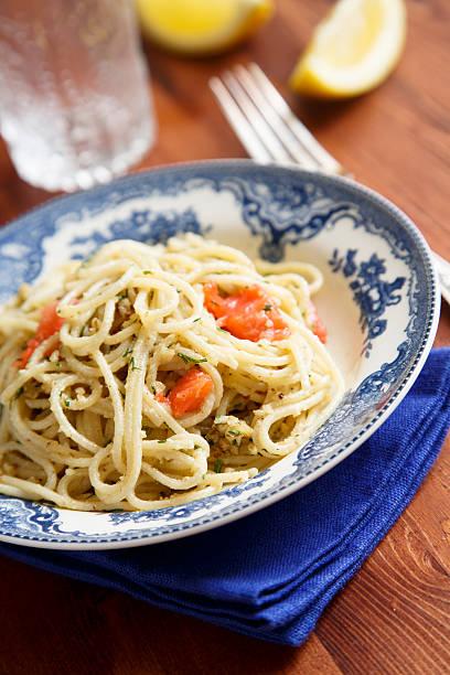 pasta mit geräucherter lachs - spaghetti mit lachs stock-fotos und bilder