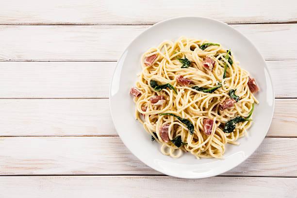 pasta mit spinat und speck - spaghetti mit spinat stock-fotos und bilder