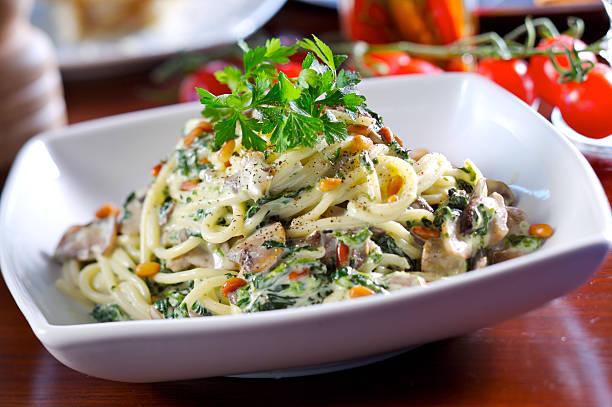 pasta mit spinat - spaghetti mit spinat stock-fotos und bilder