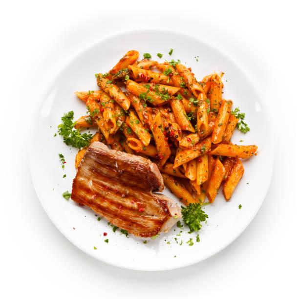 nudeln mit tomatensauce und steak - gesunde huhn pasta stock-fotos und bilder