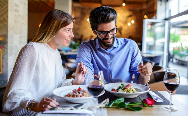 Paste und Rotwein. Junges Paar genießt das Mittagessen im Restaurant. Lifestyle, Liebe, Beziehungen, Ernährungskonzept – Foto