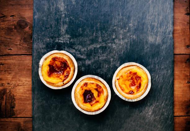 pasteis de nata - typische portugiesischen ei herb gebäck / ei herb / süß und lecker - portugiesische desserts stock-fotos und bilder