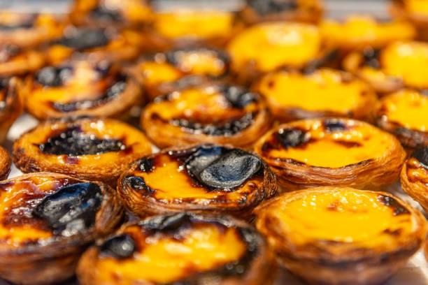 pasteis de nata, ei typischen portugiesischen törtchen - portugiesische desserts stock-fotos und bilder