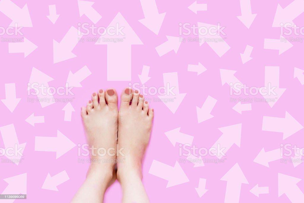 Pastel Flecha Elección Diferente Mujer Desnuda Pies Con
