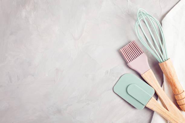 pastel kleur keuken gebruiksvoorwerpen bovenaanzicht. - keukengereedschap stockfoto's en -beelden