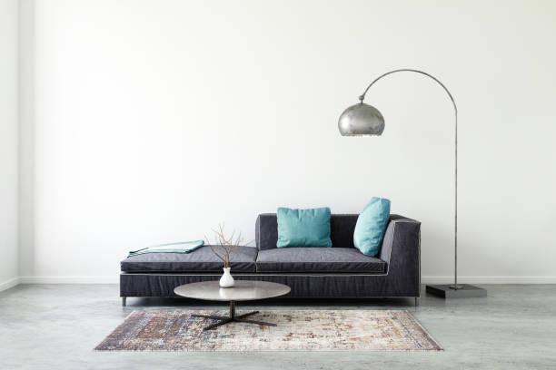 canapé avec modèle de mur blanc de couleur pastel - lampe électrique photos et images de collection