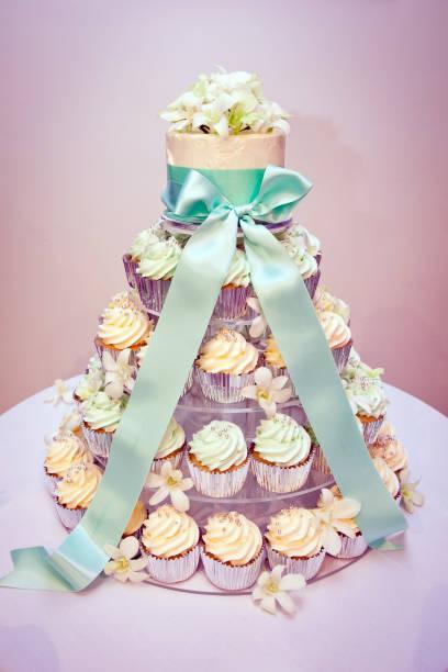 pastell cupcake hochzeitstorte und band - cupcake türme stock-fotos und bilder