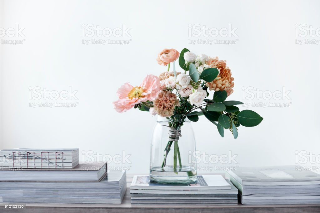 pastel cut flowers in a glass vase – zdjęcie