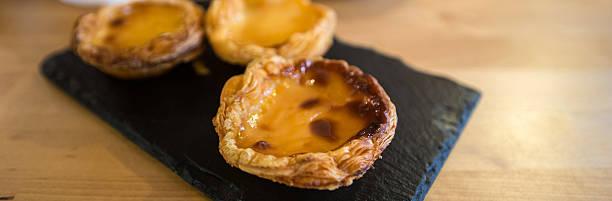 pastell de nata (portugiesisches puddingtörtchen), typischen sweet portugiesischen - portugiesische desserts stock-fotos und bilder