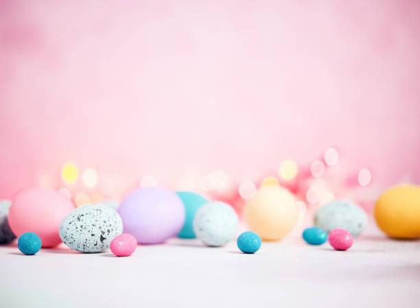 fundo rosa pastel com pastéis ovos para a páscoa - pascoa - fotografias e filmes do acervo