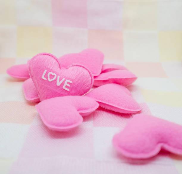 pastell rosa herz auf süße liebe hintergrund - herz zitate stock-fotos und bilder
