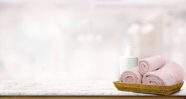 """pastell rosa handtücher im korb am oberen holztisch mit textfreiraum auf unscharfen bad hintergrund. """"r - badewanne holz stock-fotos und bilder"""