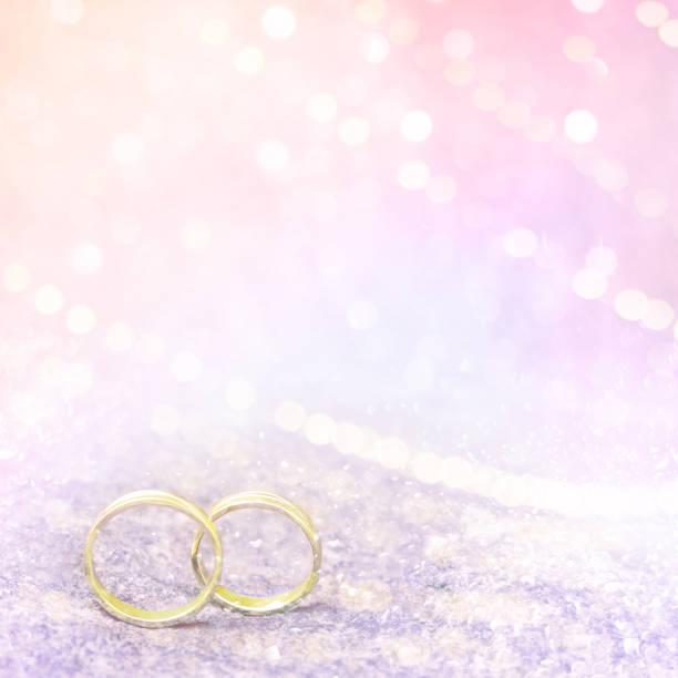pastell rosa hochzeit hintergrund mit goldenen ringen - verlobungsfeier einladungen stock-fotos und bilder