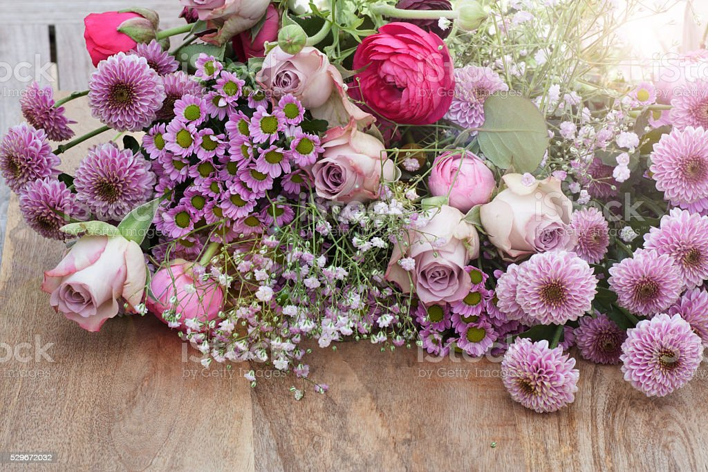 pastell rosen im blumenstrauß von blumen stockfoto und