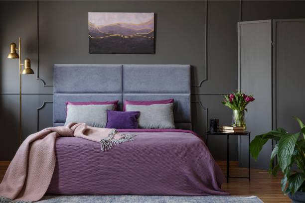 pastell frau schlafzimmer innenraum - pflaumen wände stock-fotos und bilder