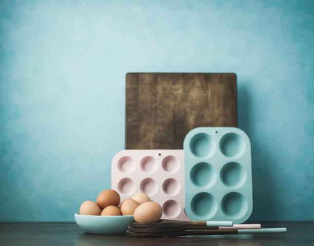 pastelle. zen in der küche. pastell farbigen küchenausstattung mit eiern - kücheneinrichtung nostalgisch stock-fotos und bilder