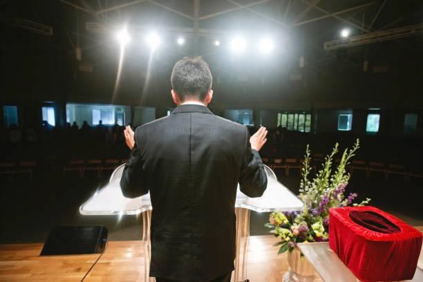 pastor orando por congregação - padre - fotografias e filmes do acervo