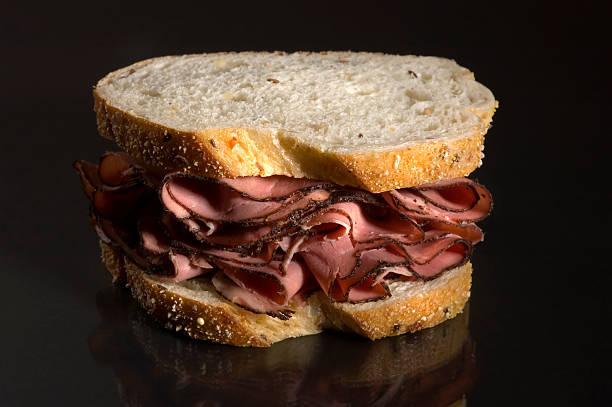 pastrami-sandwich auf roggenbrot - roast beef sandwich stock-fotos und bilder