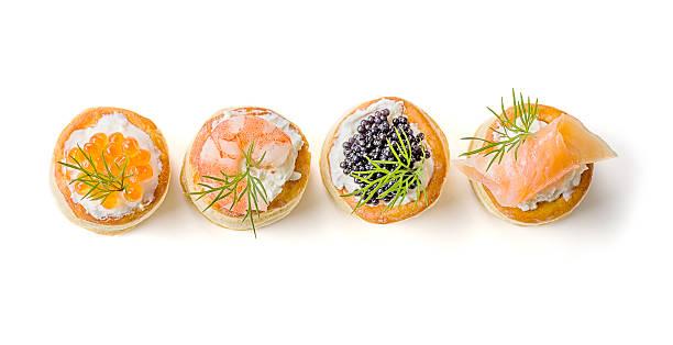 Pâtisseries avec du saumon, du caviar et des crevettes - Photo