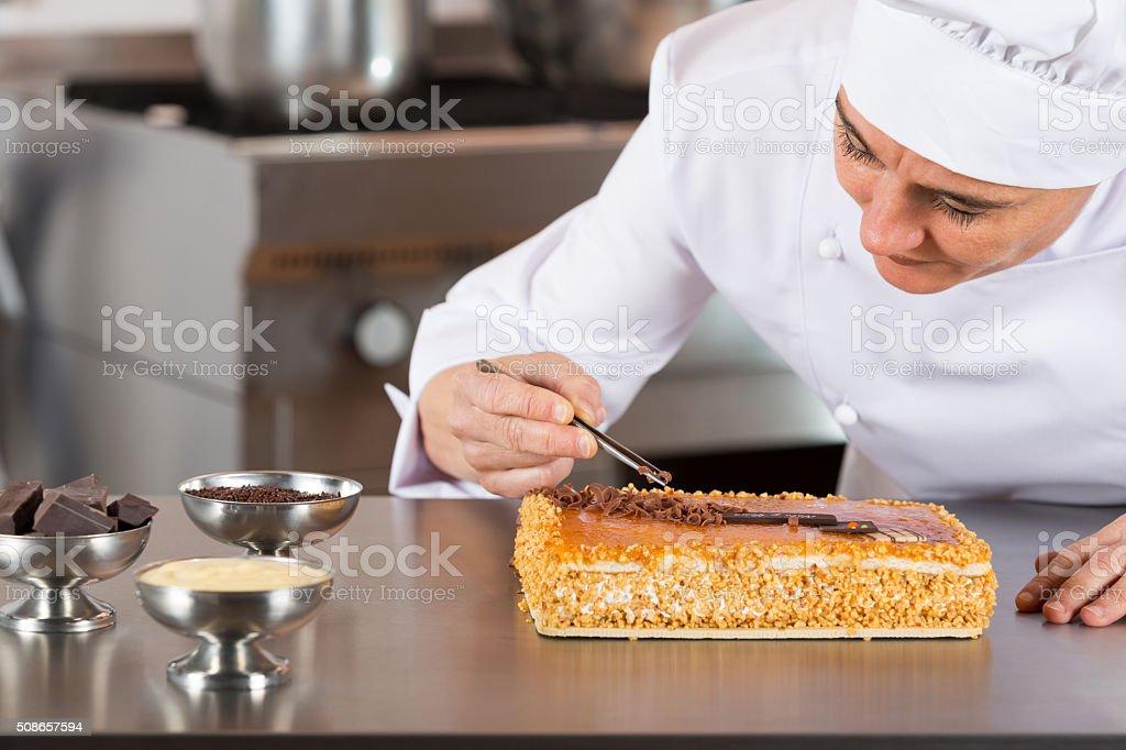 cozinheiro chefe decorando - foto de acervo
