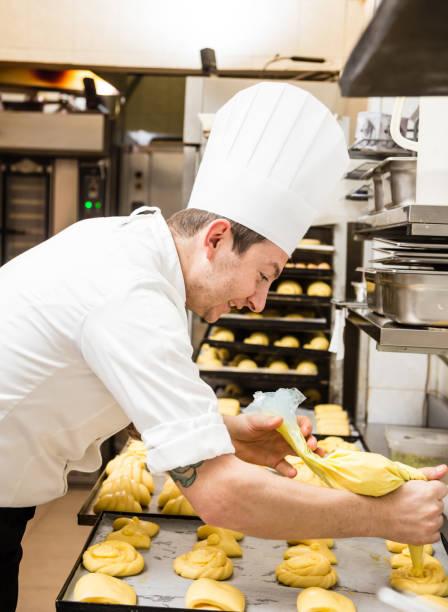 konditor mit puderzucker tasche - italienische küchen dekor stock-fotos und bilder