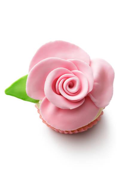 kleingebäck : cupcake isoliert auf weißer hintergrund - rosentorte stock-fotos und bilder