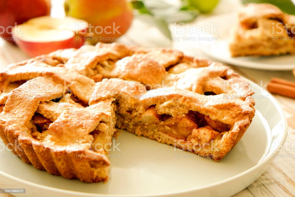 Producto de pastelería con manzana rellena, apetitosa corteza dorada. - foto de stock