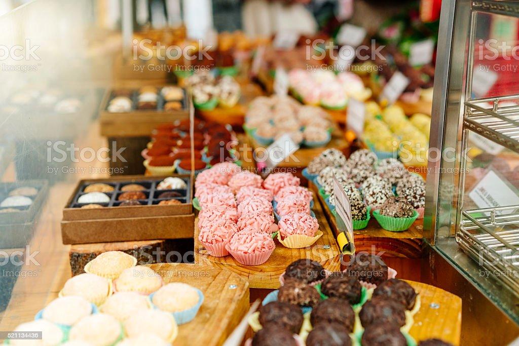 A Pastelaria shop, com variedade de torta, bolo e outros produtos - foto de acervo