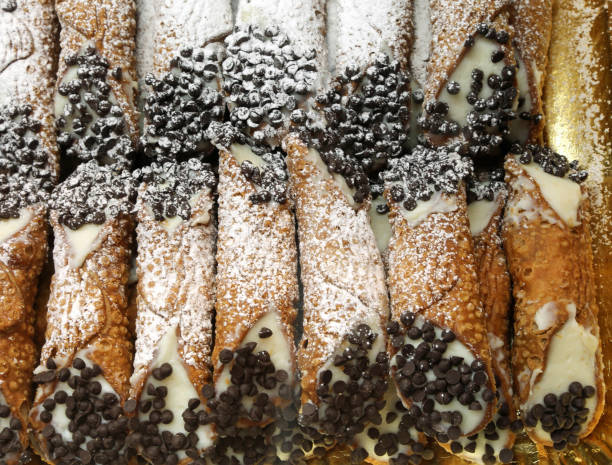gebäck mit cannoli sahne und schokolade späne - cannoli stock-fotos und bilder