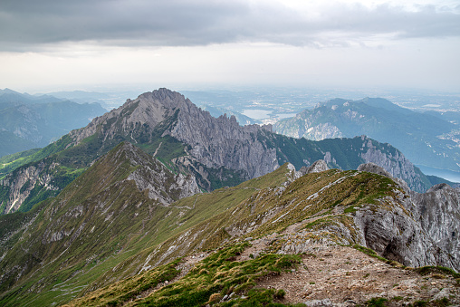 Pasturo Lecco Italy June 15 2019 View On High Crossing To The Southern Grigna 2184 M On A Cloudy And Windy Morning — стоковые фотографии и другие картинки Альпинизм