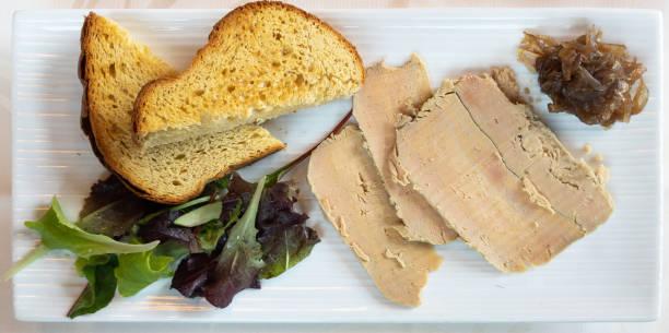 따 스 하 고 새 콤 한 양파와 크로와상 빵 크 레 탄을 얹은 파투 드 포에 그 라 - 누벨퀴진 뉴스 사진 이미지