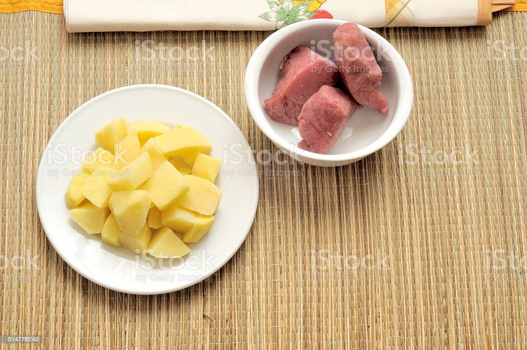 patate a tocchetti e bocconcini di manzo stock photo