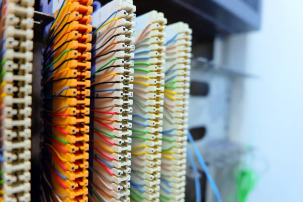 cabo de remendo do sistema de telefone Private Automatic Branch eXchange na sala do servidor de rede. PABX. foco seletivo. colorido. - foto de acervo