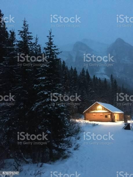 Een Pad Thuis In De Winter Stockfoto en meer beelden van Achtergrond - Thema