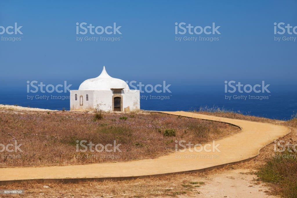 Pfad in der Nähe von Ermida da Memoria oder Speicher Kapelle Nossa Senhora Cabo Kirche in der Nähe von Cape Espichel, Portugal – Foto