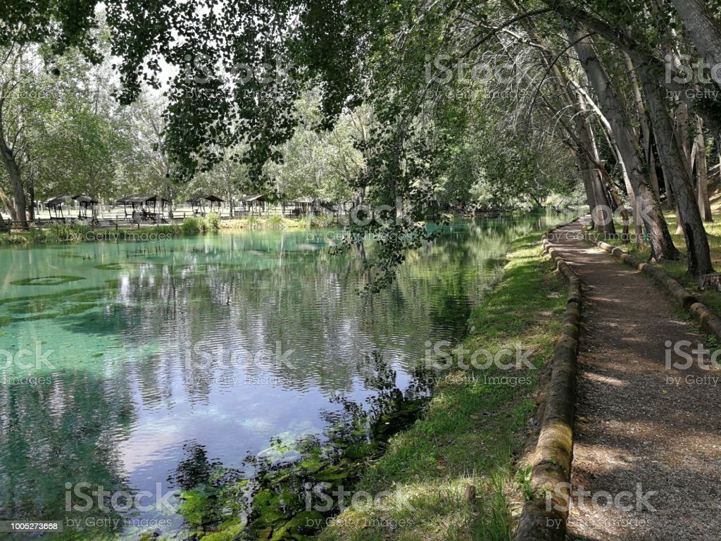 Path on the bank of the stream - foto stock