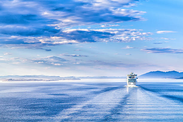 path on the water from a large cruise ship - cruise stockfoto's en -beelden