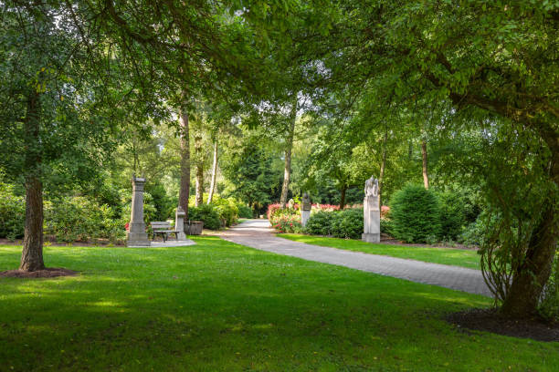 Weg zum Friedhof mit Kriegsgräbern und Soldatengräbern – Foto