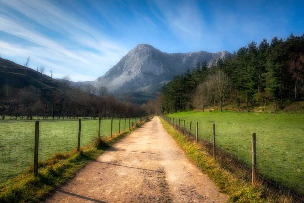 camino a la montaña Anboto en Via Verde de Arrazola - foto de stock