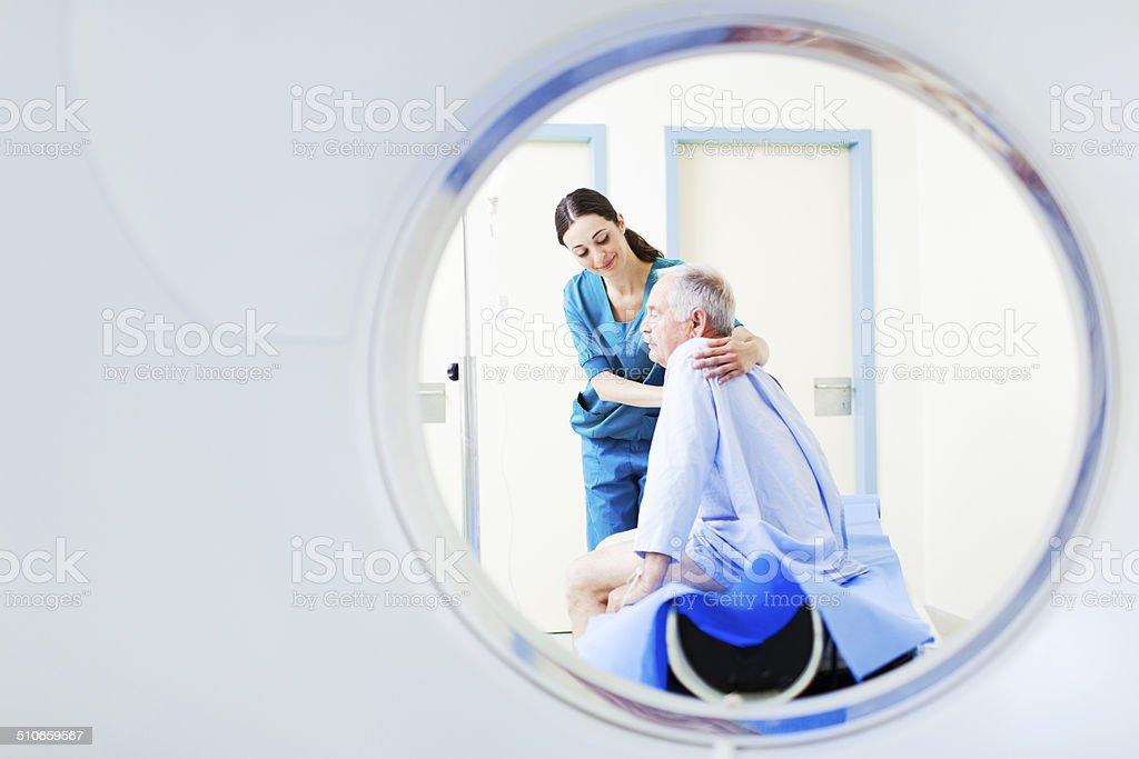 Paciente y el personal de enfermería de tomografía axial computerizada en un hospital. - foto de stock