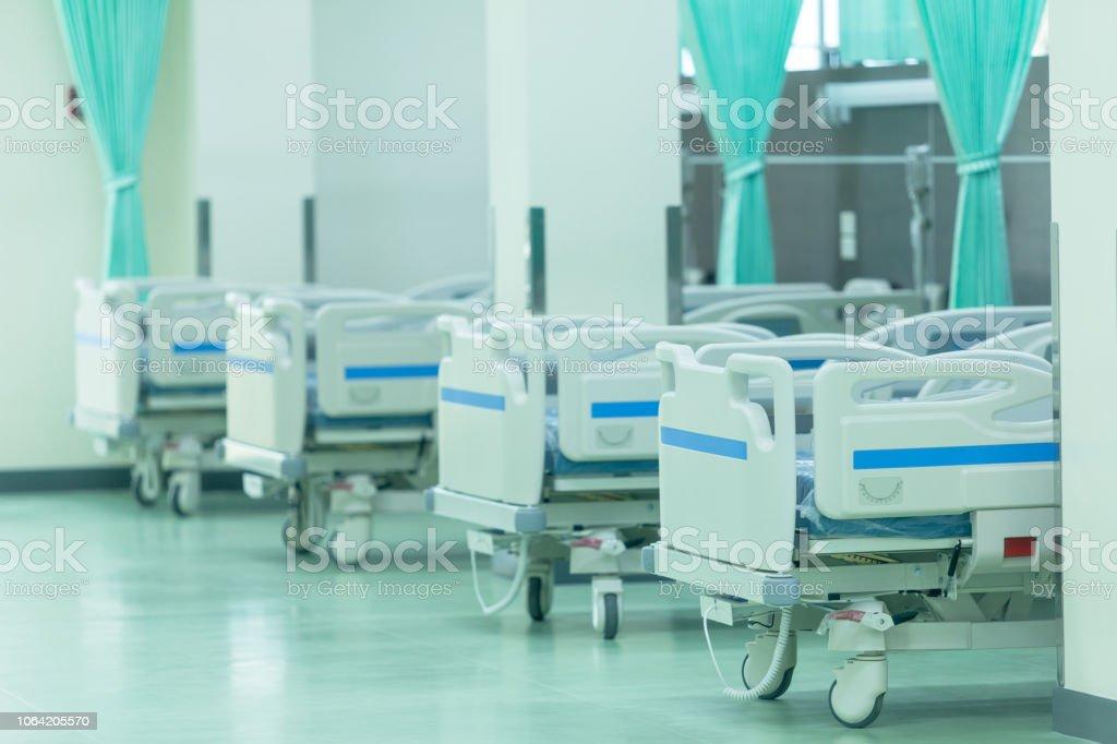 室内装飾家具の病院で患者用ベッド - からっぽのロイヤリティフリーストックフォト