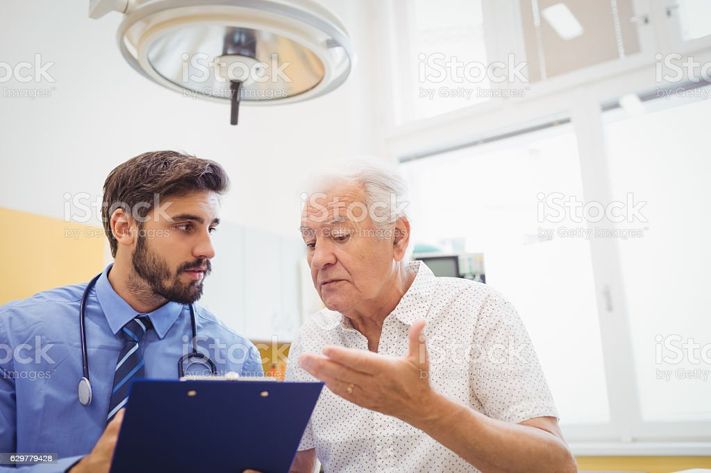 Patient consulting a doctor – Foto