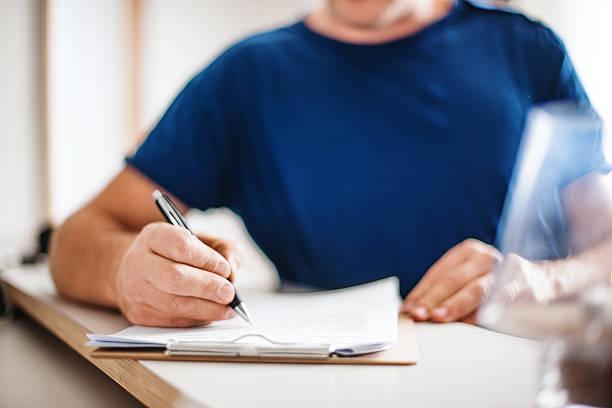 patient eingabe ist gesundheit erklärung an der rezeption - formular ausfüllen stock-fotos und bilder